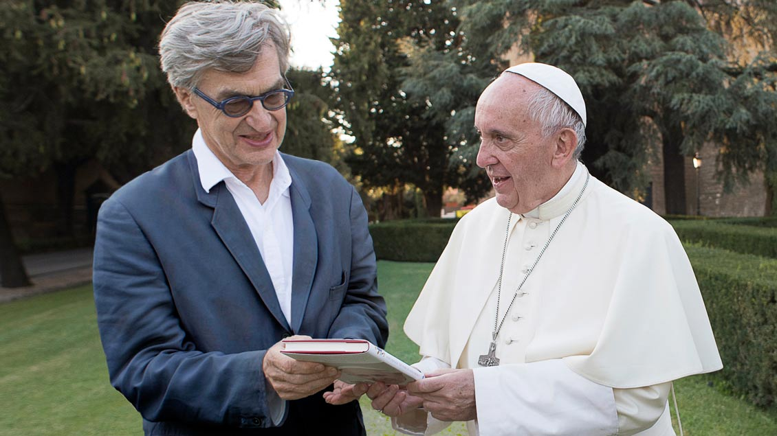 Wim Wenders mit Papst Franziskus bei den Dreharbeiten im Vatikan. Foto: Pope Francis – A man of his word (c) 2018 CTV, Célestes, Solares, Neue Road Movies, Decia, PTS ART's Factory. Photograph by Francesco Sforza
