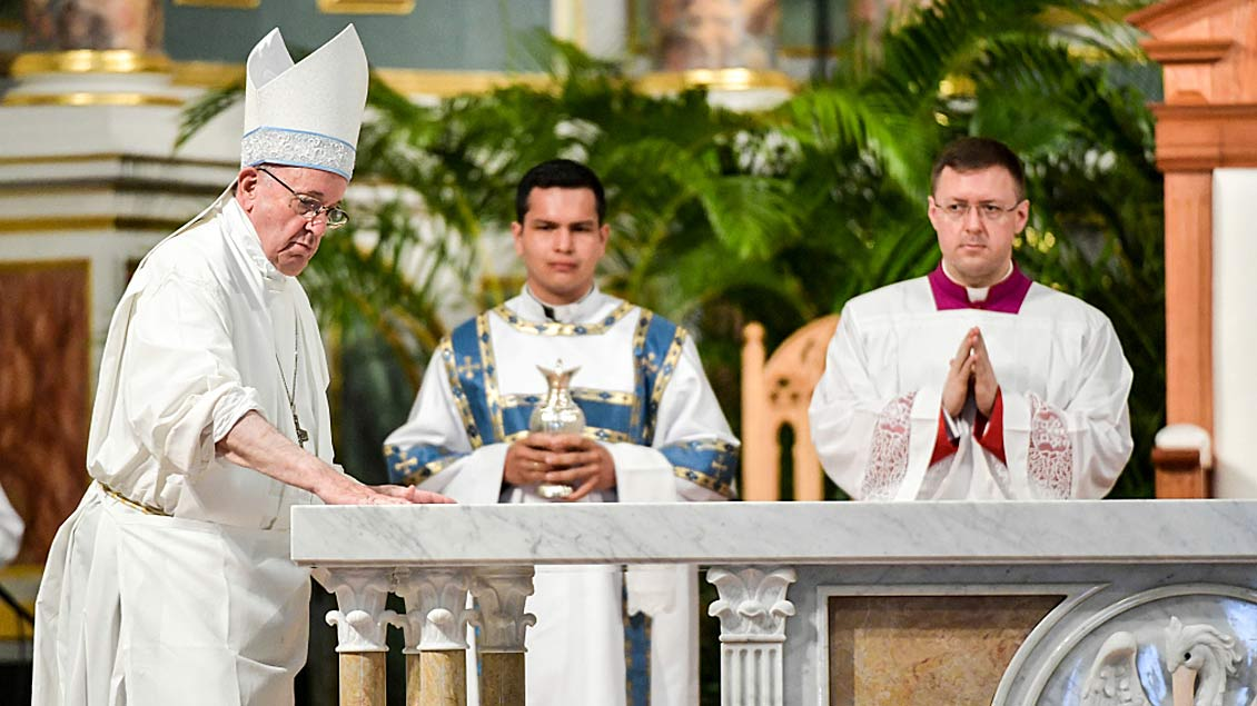 Papst weiht Altar in Panama