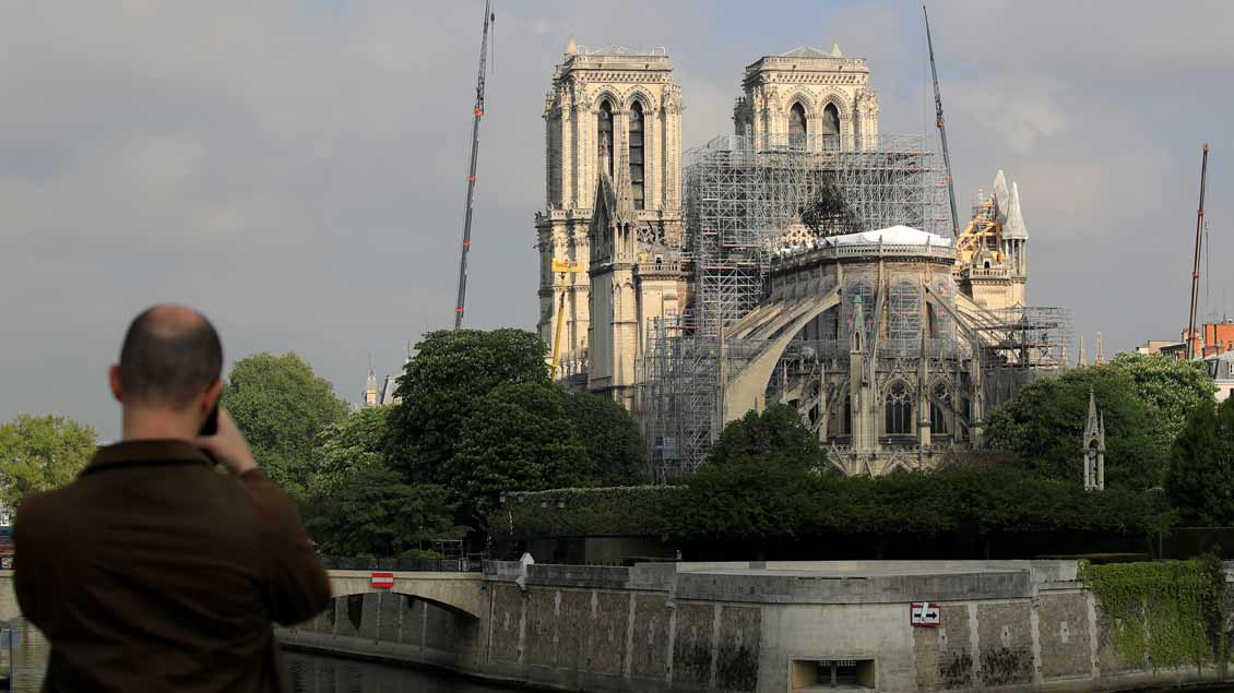 Ein Mann fotografiert Reparaturarbeiten am 29. April an Notre-Dame in Paris.