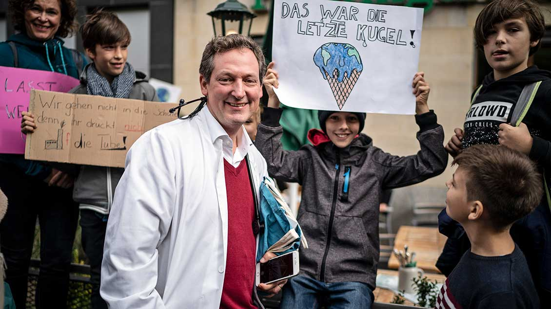 "Eckart von Hirschhausen bei einer Demonstration von ""Scientists for future""."