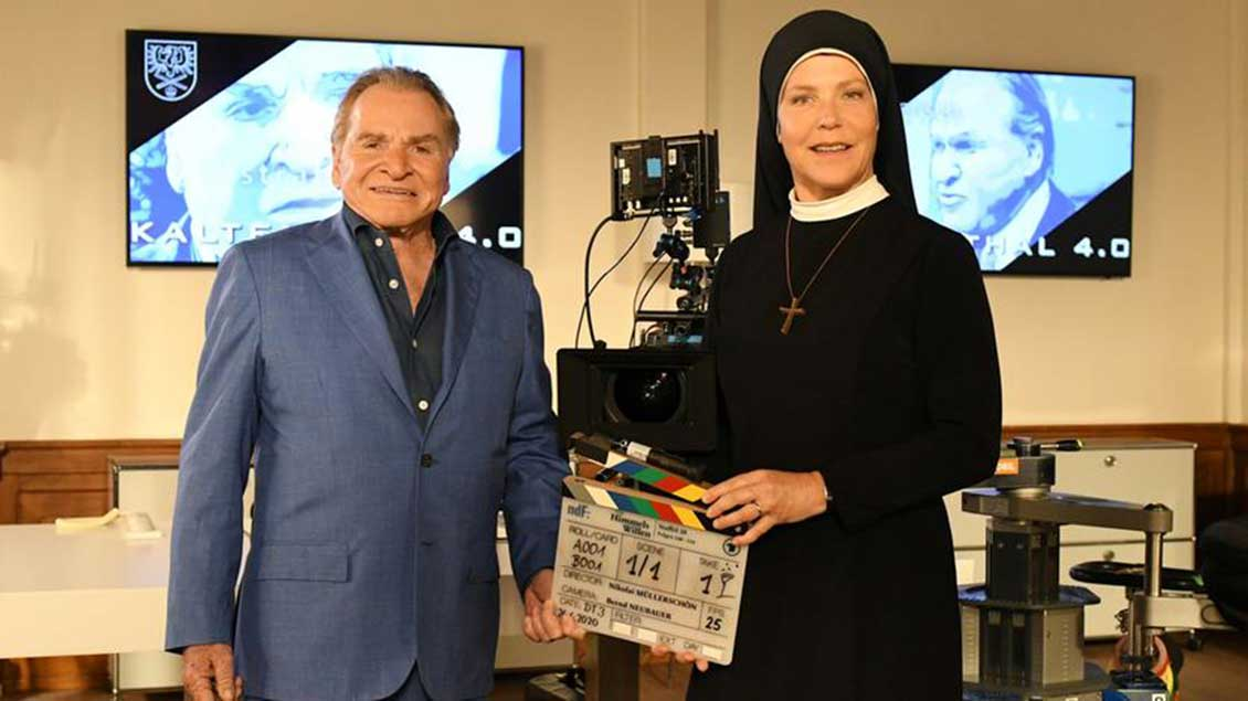 "Fritz Wepper (links) und Janina Hartwig am Set von ""Um Himmels Willen""."